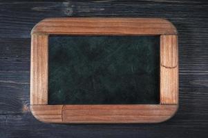 tableau noir sur fond de bois photo