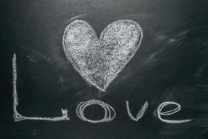 coeur d'amour dessin sur un tableau noir photo