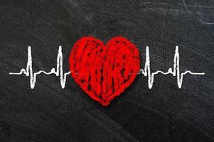 caractère et design de battement de coeur, coeur d'amour sur un tableau noir
