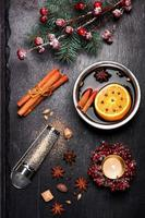vin chaud de Noël et épices. fond de tableau de craie photo