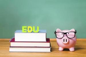 Thème de l'éducation piggy rose avec tableau noir en arrière-plan photo