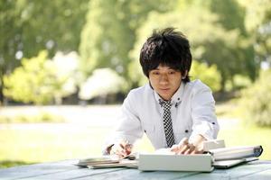 étudiant étudie. photo