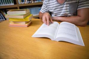 étudiant étudiant à la bibliothèque