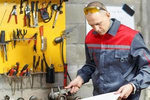 ouvrier mécanicien étudie ses instructions photo