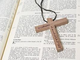 biblia con cruz