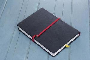 livre relié sur fond de bois