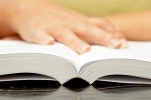 mains de femme tenant un livre ouvert photo