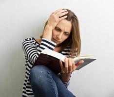 fille avec un livre photo