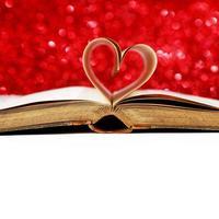 pages de livre en forme de coeur