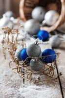 boules de Noël bleues et argentées sur la table en bois