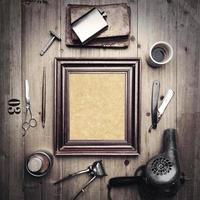 Outils vintage de salon de coiffure avec toile dans un cadre photo