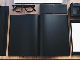 ensemble d'éléments de bureau de design de marque sur la table en bois photo