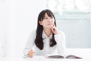 jeune fille étudie photo