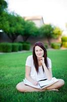 fille étudie dans le parc.