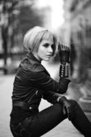 modèle blond dans le style adolescent à l'extérieur dans la rue photo