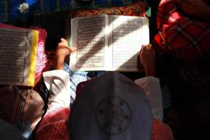 bouchent enfant musulman et livre photo