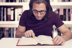 jeune homme, livre lecture, dans, bibliothèque