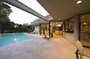piscine et extérieur de la maison moderne photo