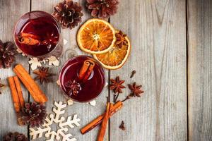 Vin chaud de Noël sur une table en bois rustique