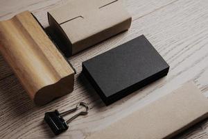 ensemble d'éléments de bureau classiques sur le fond en bois. horizontal photo