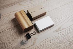 éléments de bureau classiques sur le fond en bois photo