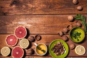 citron et noix sur une surface en bois se bouchent