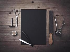 outils de coiffeur vintage et affiche noire photo