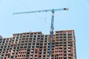 grue à tour sur le chantier de construction de bâtiments modernes et de gratte-ciel photo