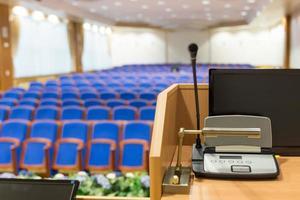 tribune dans la salle de conférence photo