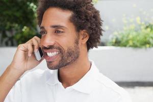 homme souriant au téléphone photo