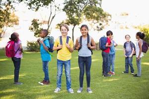 amis heureux jouant dans le parc photo