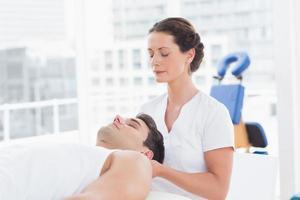 homme recevant un massage du cou photo