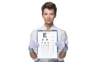 jeune femme ophtalmologiste avec tableau des yeux photo