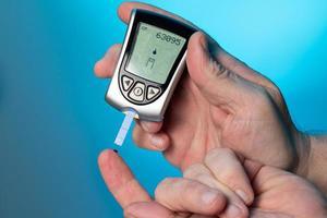 blutzuckermessgerät, zur überprüfung des blutzuckerspiegels photo