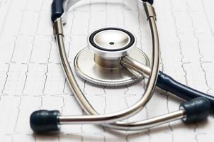 stéthoscope sur le cardiogramme photo