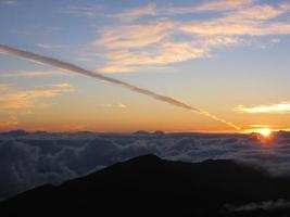 lever du soleil de haleakela avec sentier de vapeur photo