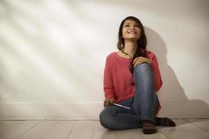 heureuse fille asiatique tenant un test de grossesse à la maison photo