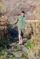 boy scout testing planche de bois passerelle photo