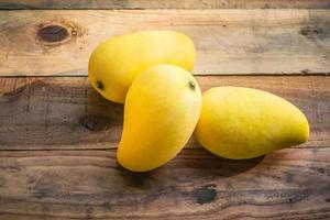 la mangue est mûre sur une vieille table en bois photo