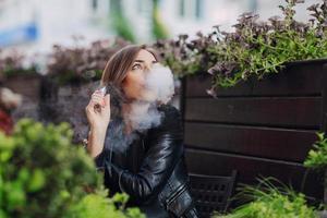 belle brune glamour cigarette électronique fumée photo