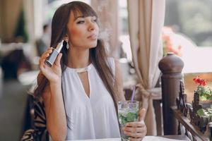 girn au café avec e-cigarette photo