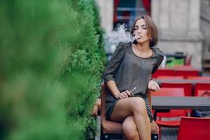 fille avec e-cigarette photo