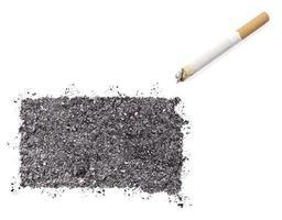 cendre en forme de dakota du sud et une cigarette. (série) photo