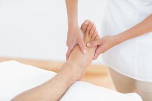 physiothérapeute faisant massage des pieds photo