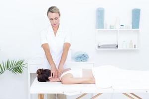 physiothérapeute faisant le massage du cou photo