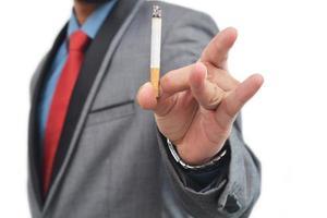professionnel cesser de fumer signe jeter la cigarette photo