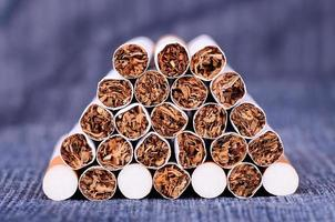 Photo gros plan de cigarettes sur un fond de jeans