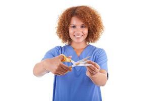 infirmière afro-américaine, couper une cigarette avec des ciseaux photo