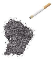 cendre en forme de Guyane française et une cigarette. (série) photo