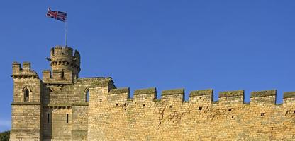 vieux mur de ville anglais avec drapeau union jack photo